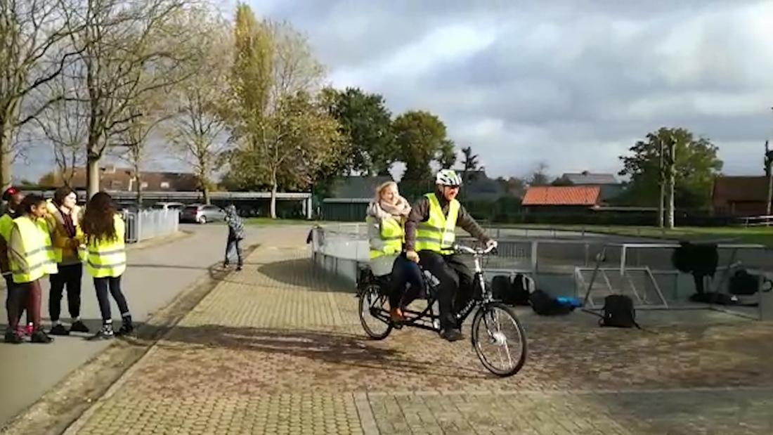 Frank Deboosere zet jonge fietsers in een fluo jasje in Lommel - Het Belang van Limburg