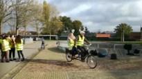 Frank Deboosere zet jonge fietsers in een fluo jasje in Lommel