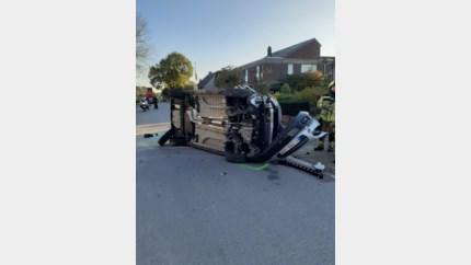 Gekanteld na botsing tegen geparkeerd voertuig