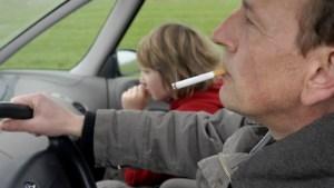 Rookverbod werkt: slechts zeven automobilisten roken met kind aan boord