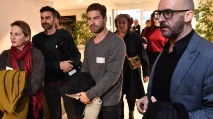 Cultuursector protesteert aan Vlaams Parlement tegen besparingen, bekende acteurs nemen plaats in zaal