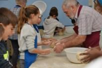 Kinderen Sint-Joris leren brood bakken
