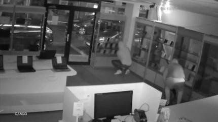 Laptops en smartphones gestolen bij F-Mobile in Genk: uitbater filmt inbraak