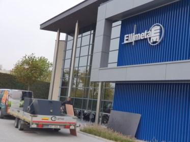 Opgejaagd everzwijn beukt in paniek zeven vensters in bij Ellimetal