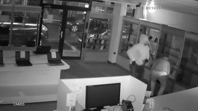 Telefoonwinkel in Genk zet beelden van overval online