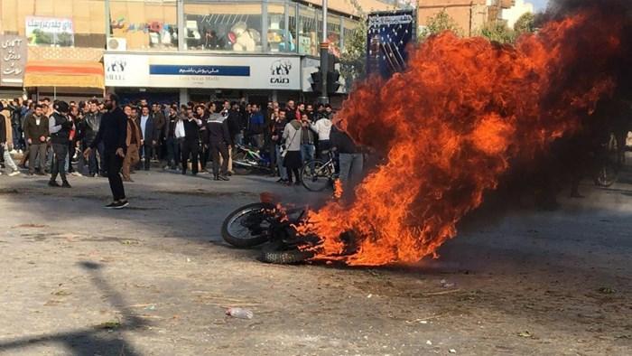 Hevige protesten in Iran: duizend mensen opgepakt, honderden winkels in brand gestoken