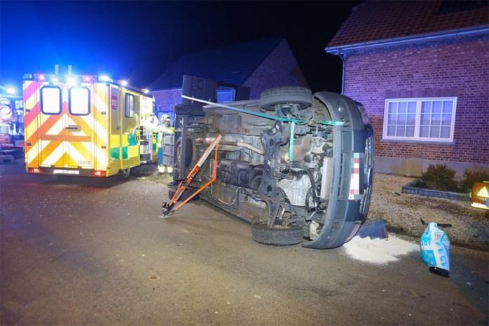 Bestelwagen voor mindervalidenvervoer belandt op zij, één gewonde