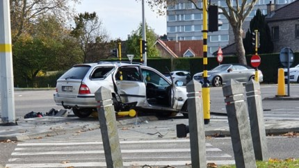 Auto rijdt rood licht omver op Hasseltse Grote Ring