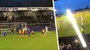 Hilarisch: doelman trapt penalty zo slecht dat zelfs stadionverlichting eraan moet geloven