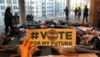 Youth for Climate houdt 'die-in' in Europees parlement