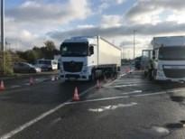 Politie en autokeuring controleren vrachtwagens aan snelweg in Voeren