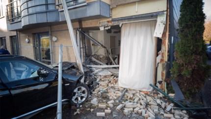 Auto rijdt flat binnen: bewoonster (74) ontsnapt dankzij hondje van dochter
