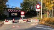 Gedaan met tegen de brug rijden: stad Genk sluit weg af met betonblokken
