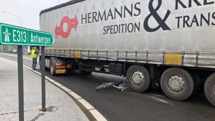 Fietser belandt onder vrachtwagen: vijftiger zwaargewond afgevoerd