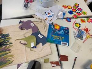 Leerlingen Inspirocollege maken tassen met kleuters