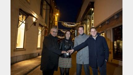 Kerstverlichting hangt, binnenkort permanente sfeerverlichting in binnenstad