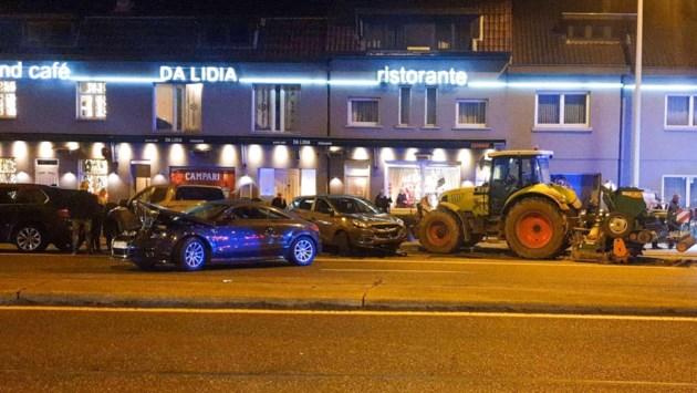 Tractor ramt acht geparkeerde auto's voor restaurant Da Lidia