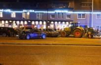 Tractor ramt geparkeerde auto's voor restaurant Da Lidia