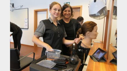 Op eigen tempo haren leren knippen dankzij tablets