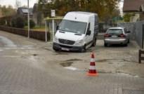 Bestelwagen zakt door oprit na waterlek