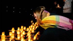 Familie en vrienden herdenken Julie Van Espen met lichtbootjes