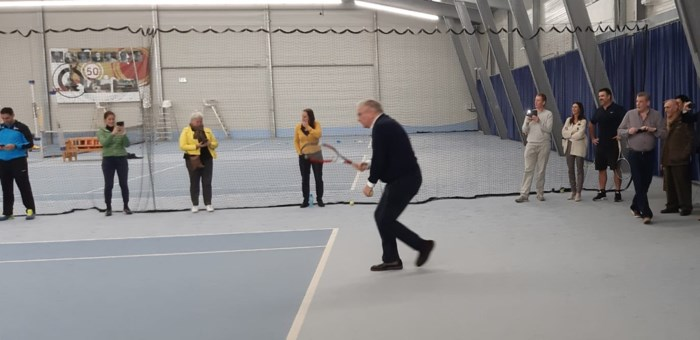 Prins Laurent slaat een balletje in Tongerse tennisclub