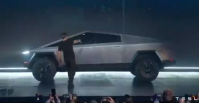 """Demonstratie van nieuwe Tesla loopt helemaal fout: """"Je kan hier zelfs geen krasje op maken"""""""