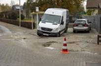 Bestelwagen zakt door oprit door waterlek