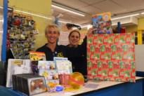 Cadeautje kiezen in winkel voor kansarme kinderen