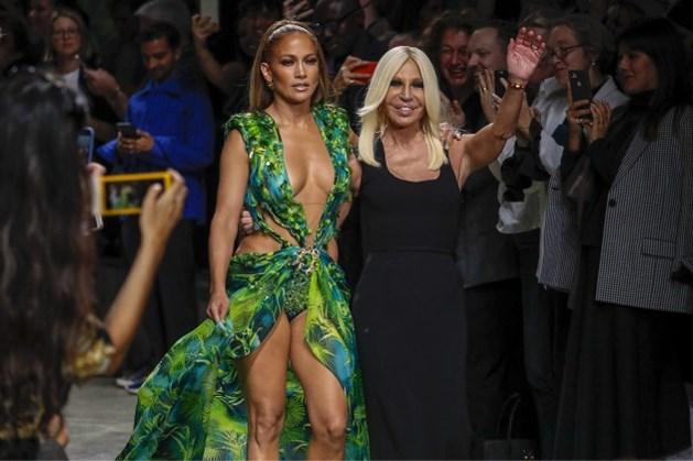 Versace klaagt Fashion Nova aan voor kopiëren van iconische groene jurk