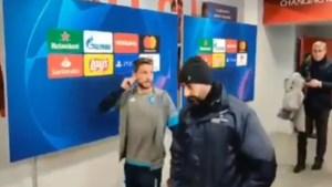 Dries Mertens toont met gebarentaal waarom hij niet mag praten met de pers
