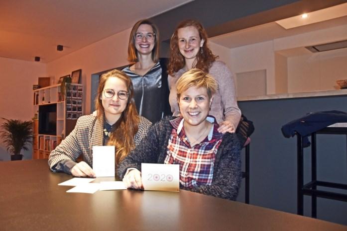 Vriendinnen verkopen wenskaartjes met tetjes voor Think Pink