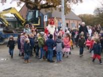 Sint en Piet trekken met tractor naar Domino Genenbos