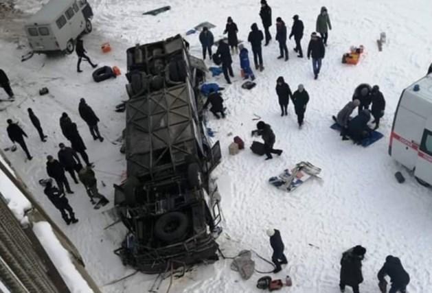 Minstens 19 doden bij ongeval met toeristenbus in Siberië: voertuig rijdt van brug in bevroren rivier