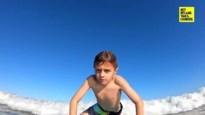 Het angstaanjagende moment dat jongen (9) van surfplank wordt geduwd door haai