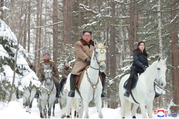Noord-Koreaanse dictator Kim Jong-un bezoekt zijn heilige berg (en dus houdt de wereld zijn adem in voor wat komen gaat)
