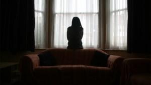 Man (81) slaat vrouw en spuwt haar in gezicht omdat ze scheiding aanvraagt