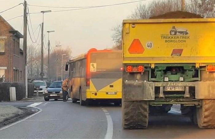 Auto rijdt schoolbus aan, alle kinderen ongedeerd