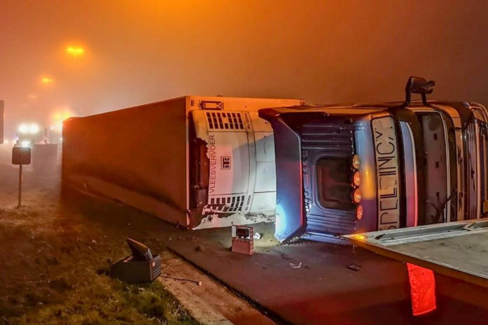 Gekantelde vrachtwagen zorgde voor zware ochtendspits op E313 in Beringen