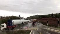 Vrachtwagen met wiek van windturbine kantelt in bocht