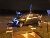 Twee auto's botsen aan wegversmalling