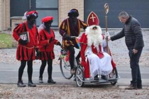 Sint rijdt verder met fiets van het 't Klavertje naar de wijkschool Steenoven
