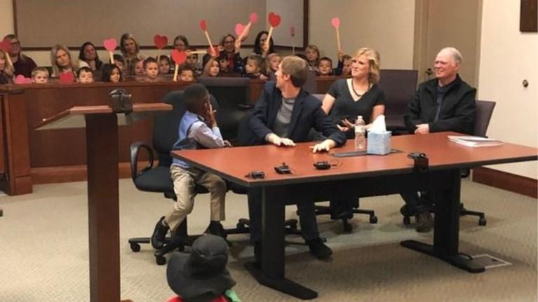 Vijfjarig jongetje nodigt hele kleuterklas uit om naar zijn adoptie te komen kijken