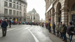 2.400 klimaatactivisten vormen mensenketting rond parlement en paleis