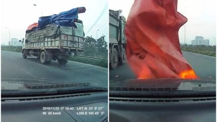 Vrachtwagen verliest zeil op autosnelweg, doodsbange bestuurder volledig verblind