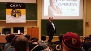 """Klacht tegen seksistische lezing Hoeyberghs, KVHV verdedigt: """"Aan taboe doen wij niet"""""""