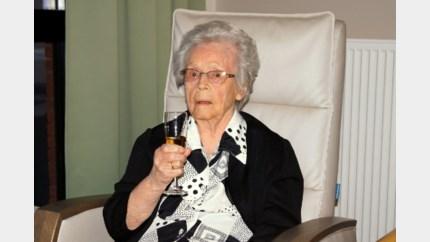 102-jarige Agnes Vanderbemden krijgt felicitaties van het koninklijk paleis