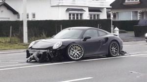 Porsche rijp voor de sloop na ongeval op druk kruispunt in Lanaken