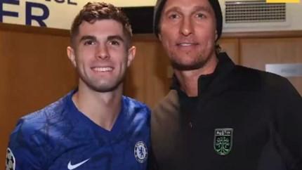 Hollywood-acteur Matthew McConaughey opgemerkte gast bij Chelsea, en hij blijkt ook iets van voetbal te kennen