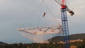Vrienden bouwen grootste trampoline ter wereld voor duizelingwekkende stunt